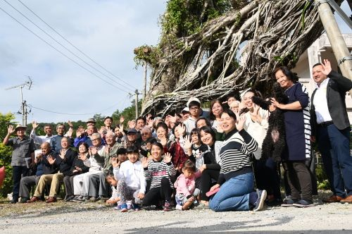 Prior to felling a large 120-year-old tree, Oura Ward residents hold a memorial ceremony