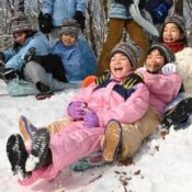 Okinawan children play in the snow for the first time, react with great enjoyment