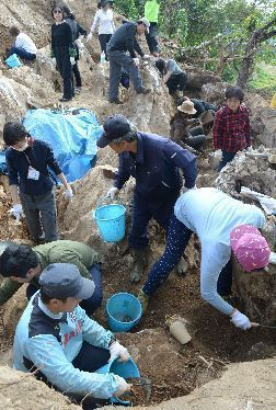 Participants from Japan, South Korea, and Taiwan search for remains of Battle of Okinawa victims in Kenken, Motobu, wish for peace in East Asia