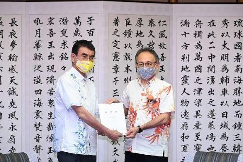 """Okinawa Minister Kono meets with Gov. Tamaki: """"My role is to boost Okinawan economy"""""""