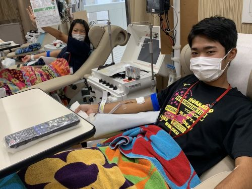 Naha Nishi High School swim team gives back with blood donation during temporary school closure