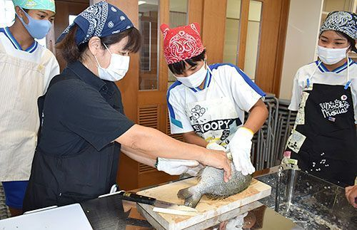 "Age 15 island departure: Junior high school students in Ie get a lesson in preparing a ""luxurious"" lunch with fish preparation lesson from local fishing cooperative"
