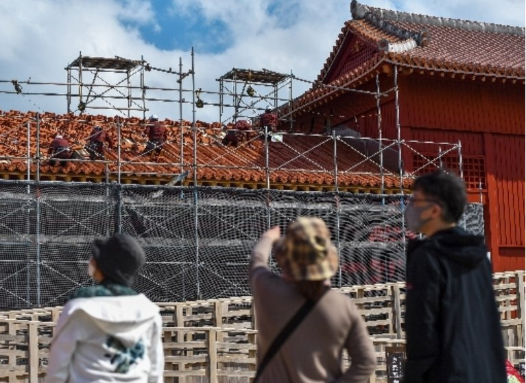 Work begins on replacing the roofing tiles on Hoshimmon Gate at Shuri Castle, planned completion in March