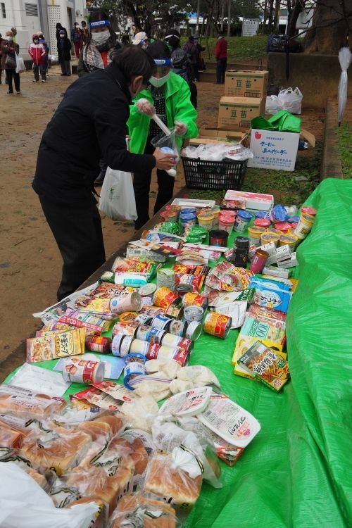 """""""Leave no one behind."""" The Yuima no kai volunteer group is operating a food drive in Makishi Park, and the number of visitors in need is growing, with 272 people coming in December"""