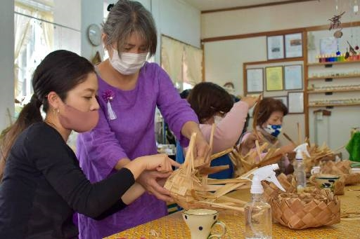 Reduce plastic use by making shell ginger baskets: Farmer Chibana teaches a workshop