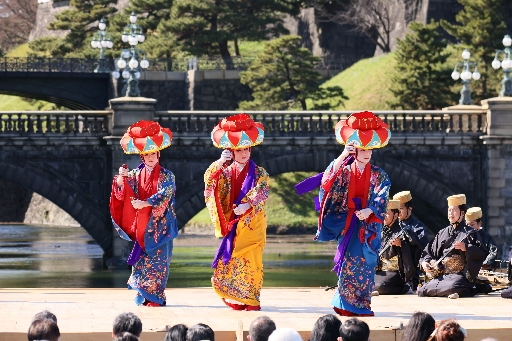 Ryukyuan dance supporting Shuri reconstruction performed in front of Imperial Palace as part of dance exhibition