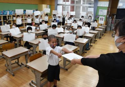 """Closing ceremonies held at Okinawan elementary and junior high schools, """"We made it through a difficult year"""""""