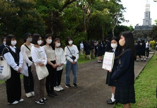 """""""Try to imagine""""--Okinawa Shogaku students teach Hiroshima high school students about the Battle of Okinawa, show them the footsteps of the Shiraume students"""