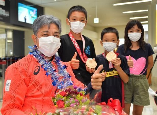 """Hirokazu Ueyonabaru returns home to Okinawa from the Tokyo Paralympics with two bronze medals in wheelchair T52 races, """"the cheers gave me power"""""""